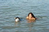 Flicka med husky hund — Stockfoto