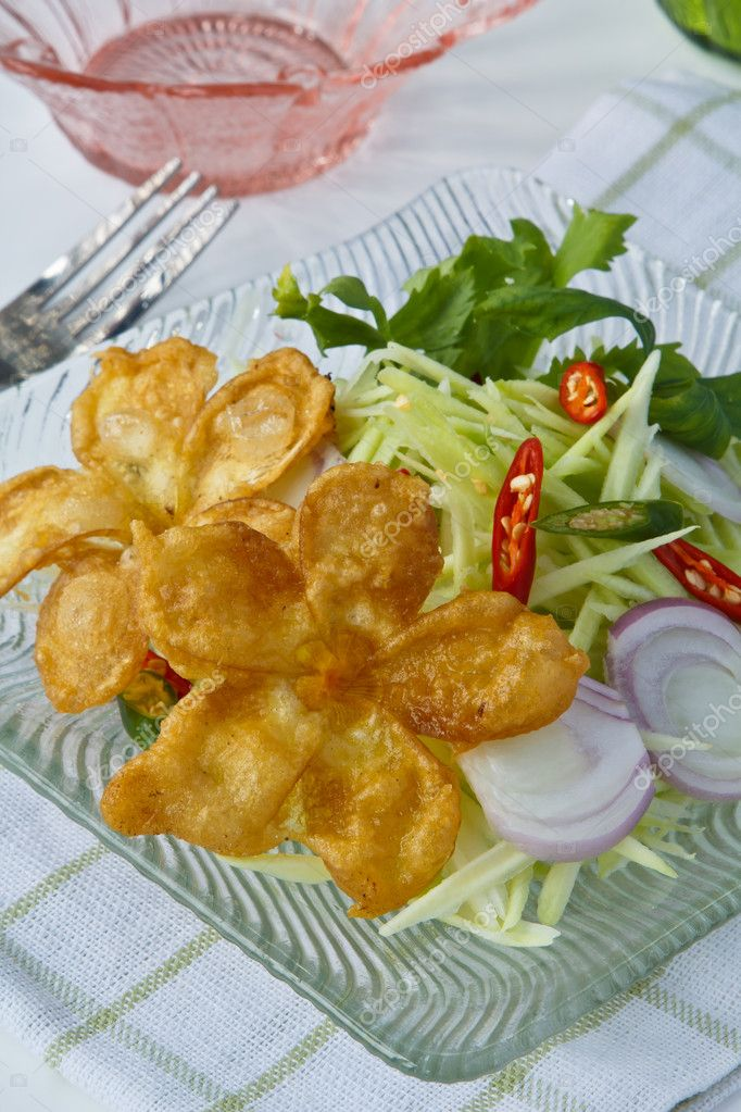 Modern thai food, Deep fried frowers with sour and spicy green mango salad. — Stock Photo #11163472