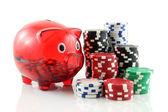 фишки для покера с копилка банком на белом фоне — Стоковое фото