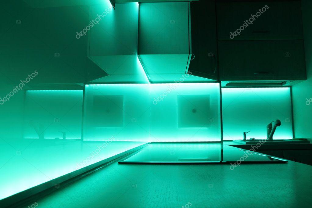 Cocina con iluminación led azul turquesa — Fotos de Stock ...