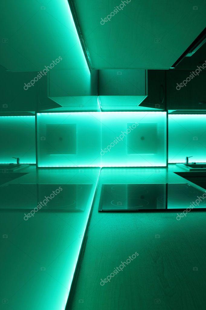 led belysning k?k  K?k med turkos led belysning ? Stockfotografi