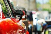 Kırmızı araba ayna arka plan — Stok fotoğraf