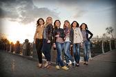 Krásné dívky na mostě — Stock fotografie