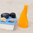 Read on the beach and enjoy the sun — Stock Photo