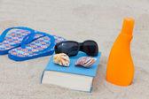 Enjoy with a good book the sun on the beach — Stock Photo