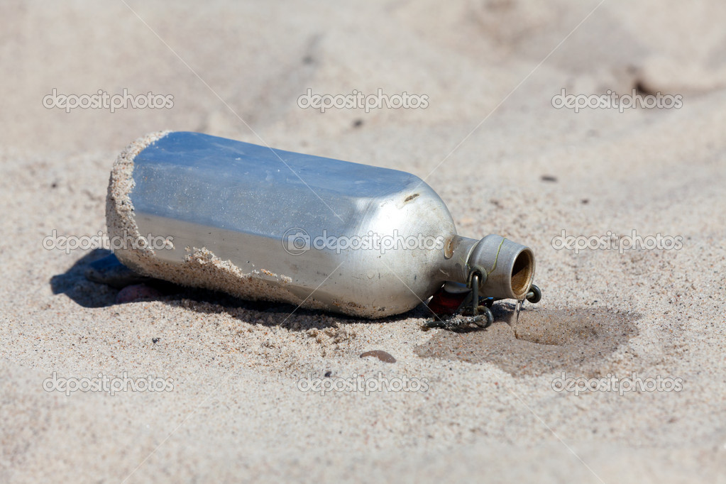 Leaking Canteen in the desert — Stock Photo #11038302