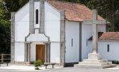 Kirche und steinkreuz — Stockfoto