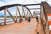 Traffic on the old bridge, Kampot, Cambodia — Stockfoto