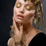Złoty makijaż i biżuterię. moda model piękny portret — Zdjęcie stockowe