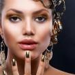 金妆和珠宝。时装模型肖像 — 图库照片
