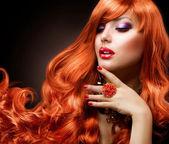 波状の赤い毛。ファッションの少女の肖像画 — ストック写真