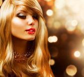 金发碧眼的时尚女孩。金黄色的头发。金黄背景 — 图库照片