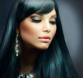 Beautiful Brunette Girl. Healthy Long Hair and Holiday Makeup — Stok fotoğraf