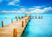Wakacje w raju zwrotnik. molo na isla mujeres, meksyk — Zdjęcie stockowe