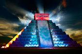 Vista notturna piramide maya di chichen itza — Foto Stock