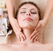 Masaż spa. młoda kobieta zaczyna masaż twarzy — Zdjęcie stockowe