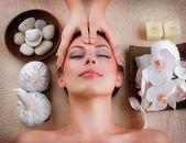 Obličejová masáž ve wellness salonu — Stock fotografie