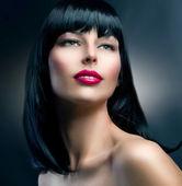 时装模型肖像。发型。美丽的黑发女孩 — 图库照片