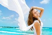 Linda menina com lenço branco na praia — Foto Stock