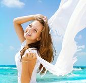 在海滩上的白色围巾的漂亮女孩。旅行和免除 — 图库照片