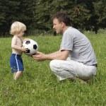 pai e filho com sua bola no parque — Foto Stock