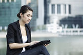 Mujer de negocios usando un ipad — Foto de Stock