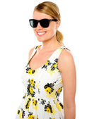 Smiling young woman wearing sunglasses — Stock fotografie