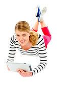 Mladá žena, která drží její tabletový počítač — Stock fotografie