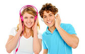 Musique bénéficiant de couple avec des écouteurs — Photo