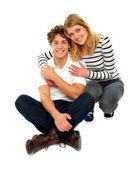Verliefde paar zitten en glimlachen — Stockfoto