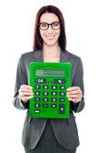 Affärskvinna med en miniräknare — Stockfoto