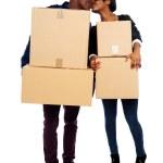 paar holding kartonnen dozen en kussen — Stockfoto #11093897