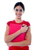 Adolescente bonita, segurando, pasta e caneta — Fotografia Stock