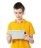 Tablet Pc'de müzik dinlerken çocuk — Stok fotoğraf
