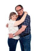 Marito e moglie abbracciarsi a vicenda — Foto Stock