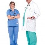 uśmiechnięty i zrelaksowany lekarzy — Zdjęcie stockowe