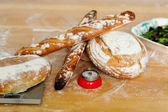 Baguettes et pains sur la table en bois — Photo