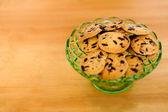 Galletas de chocolate en un recipiente de vidrio — Foto de Stock