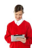 使用 tablet pc 的快乐年轻女孩 — 图库照片