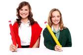 Studentky psaní s velkým tužka — Stock fotografie