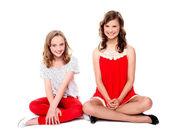 Dos amigos glamorosos sentados juntos — Foto de Stock