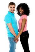 快乐的年轻夫妇,手牵着手 — 图库照片