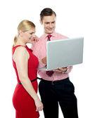 Employés de bureau tenant un ordinateur portable — Photo