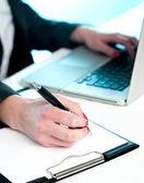 Tatlı bir kadın dizüstü bilgisayarınızdan veri kopyalama — Stok fotoğraf