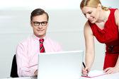 Vrouw schrijven informatie van laptop — Stockfoto