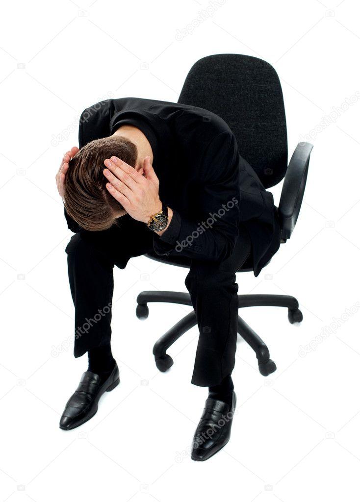 Frustr de jeune homme assis sur la chaise photographie for Assis sur une chaise
