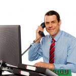 hombre de negocios hablando por teléfono, manejo de clientes — Foto de Stock