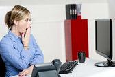 Empresaria sorprendida mirando informes anuales — Foto de Stock