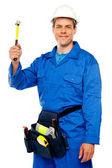 Cara de time masculino arquiteto segurando o martelo — Fotografia Stock