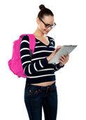 Atractiva adolescente trabajando en tablet pc — Foto de Stock